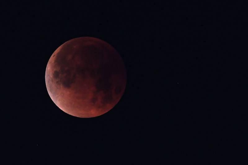 Así se ha visto la Luna llena en Los Angeles, Estados Unidos.