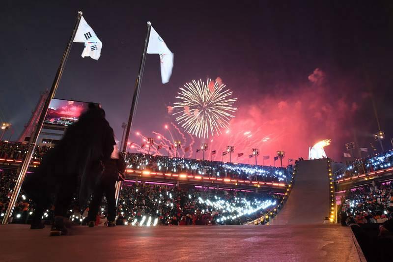 Los fuegos artificiales, con la llama encendida en el pebetero, colocaron el broche a la ceremonia de inauguración de los Juegos de Pyeongchang 2018.