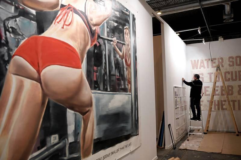 Una pintura de una mujer haciendo pesas en un gimnasio