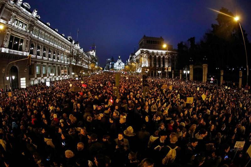 Miles de mujeres marchan por la calle Alcalá en apoyo a la huelga