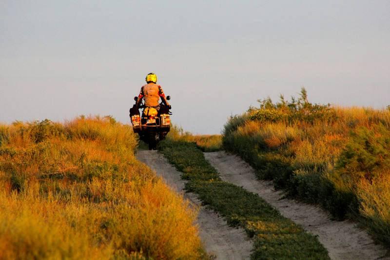Kazajistán. Miquel Silvestre recorriendo al amanecer uno de los muchos caminos de la estepa kazaja