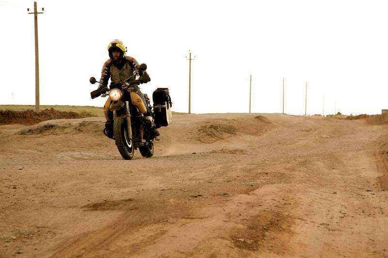 Kazajistán. Miquel recorriendo los profundos baches de la carretera