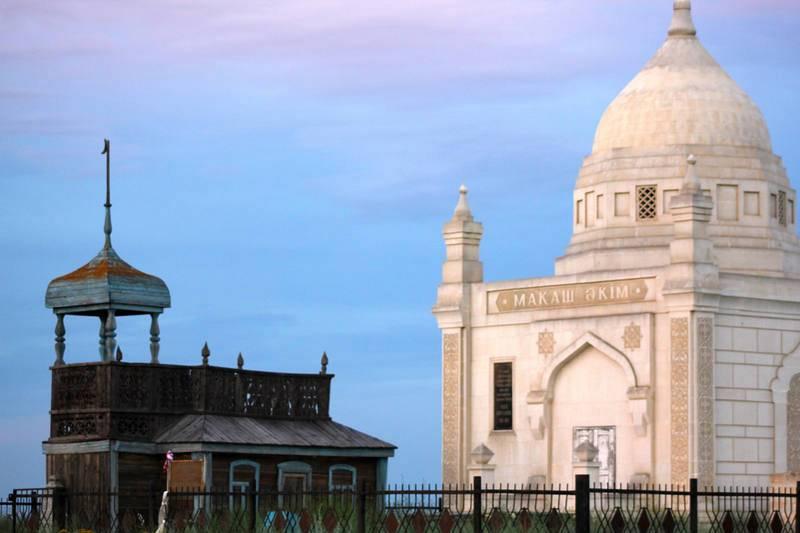 Kazajistán. Mausoleo ubicado en un cementerio kazajo, en medio de la estepa