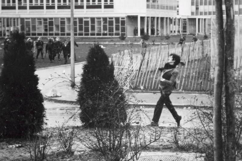 Mayo del 68 - Un estudiante corriendo durante la huelga general