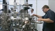 En el laboratorio de preparación de capas finas se trabaja con tamaños de nanómetro