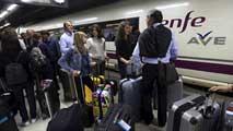 Ir al Video13.000 pasajeros y 40 trenes afectados por el corte de fibra óptica en la línea de Cataluña