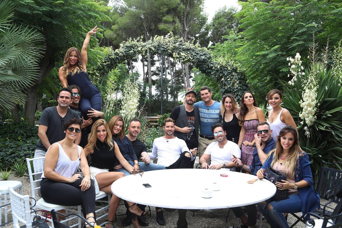 Los 16 artistas de la primera edición de Operación Triunfo, juntos durante la grabación de los documentales