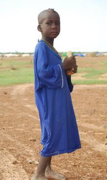 Asiendo un trozo de pan posa este pequeño, que también vive en el campo de refugiados de Ferrerio.