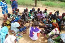 En Timantogou de Sagou, en el noreste de Burkina Faso, vive a Assisatou Amidou, una mujer de 49 años que en esta fotografía charla con Lorena Auladell, delegada de Cruz Roja en Burkina Faso.