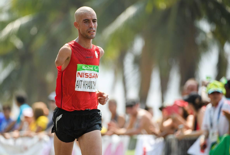 Abderrahman Ait Khamouch Badaui celebra la plata lograda en la prueba de maratón de los Paralímpicos.