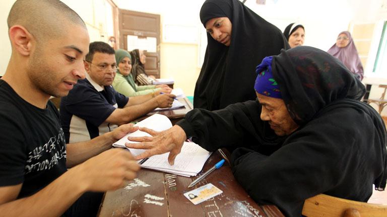 Las disputadas elecciones egipcias finalizan entre denuncias por irregularidades