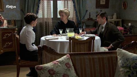 Simón y Susana cuentan a Adela que son madre e hijo