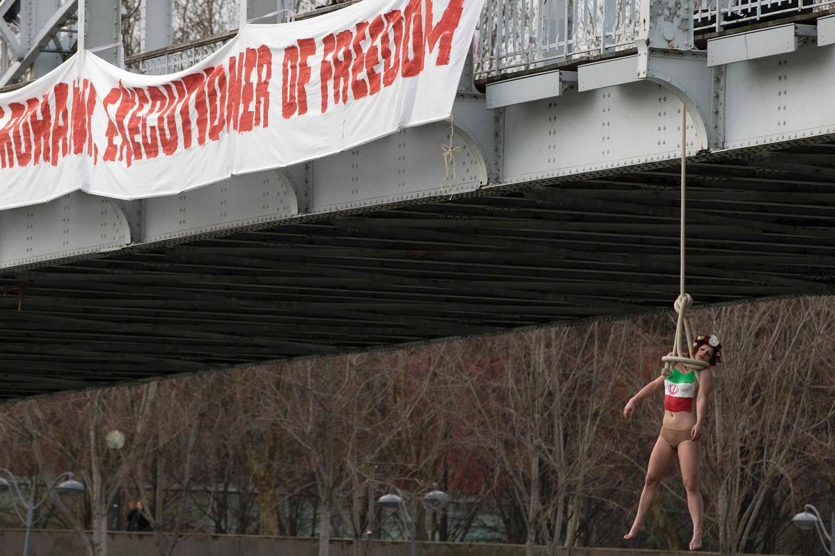Una activista de Femen ha escenificado un ahorcamiento en uno de los puentes de París durante la visita de Hasán Rohaní