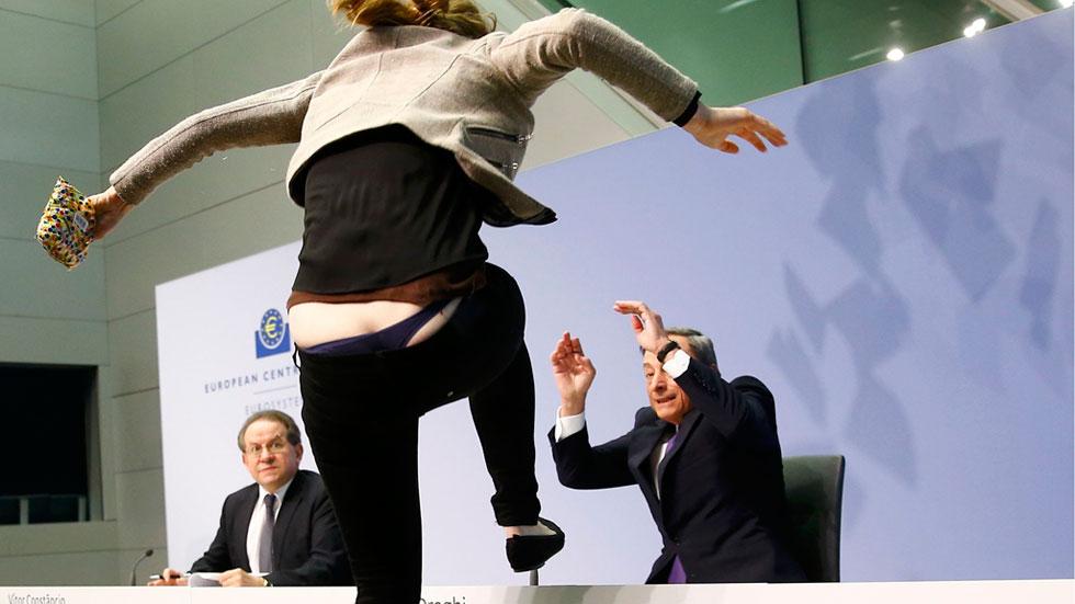 """Una activista interrumpe la rueda de prensa de Draghi al grito de """"hay que acabar con la dictadura del BCE"""""""