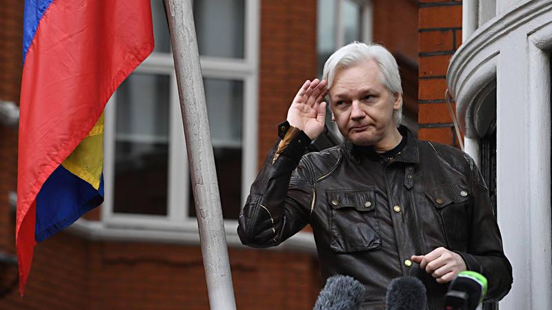 El activista y periodista australiano Julian Assange, en la embajada de Ecuador en Londres