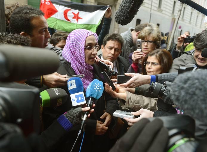 La activista saharaui Aminatou Haidar habla para la prensa a la salida de la Audiencia Nacional