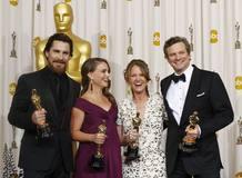Los actores ganadores del Oscar en 2011: Christian Bale (secundario), Natalie Portman, Melissa Leo (secundaria), y Colin Firth.