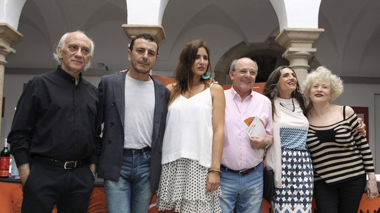 Los actores de la obra 'César y Cleopatra' junto al autor y la directora, Magüi Mira