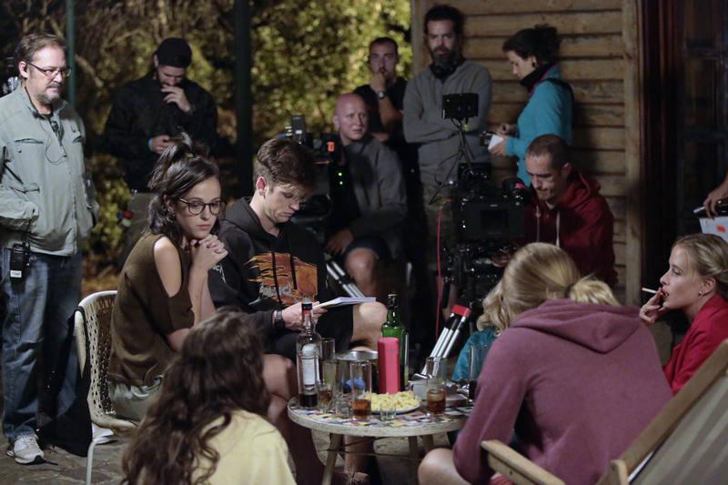 Los actores en plena grabación con el equipo