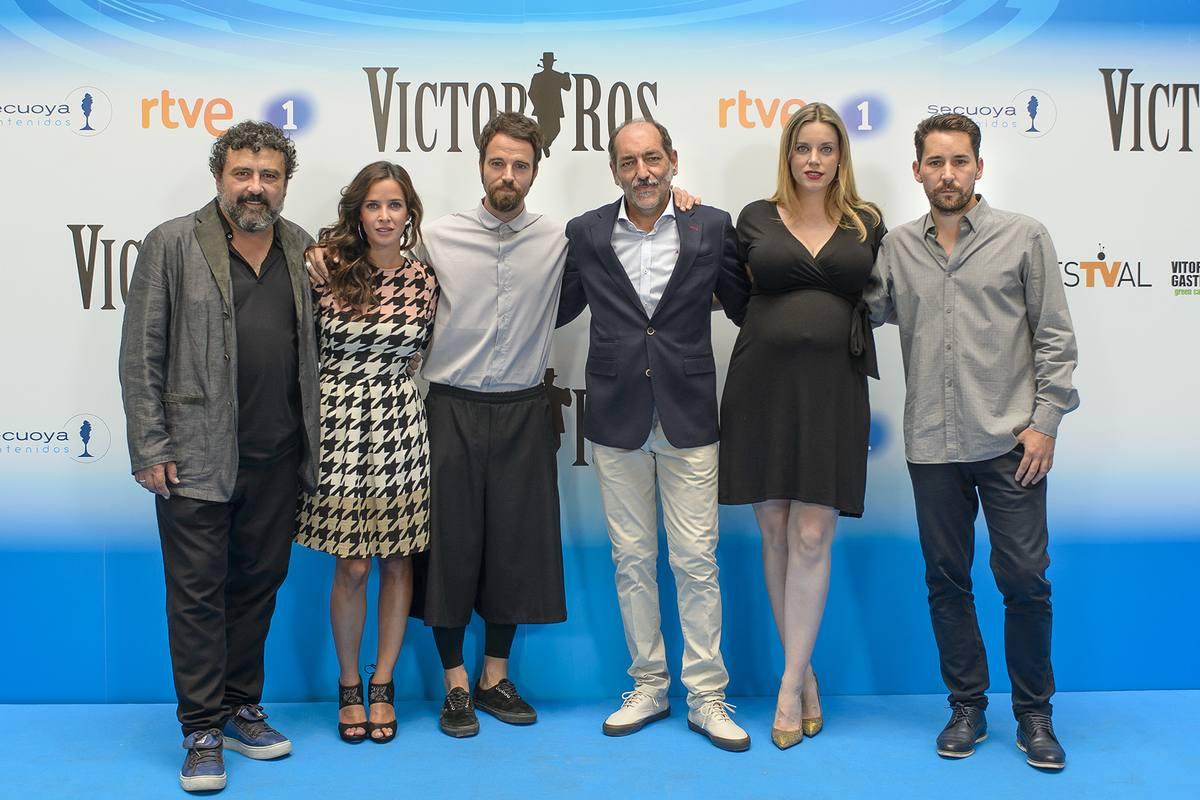 Los actores de 'Víctor Ros' posan en la presentación de la segunda temporada en el FesTVal de Vitoria