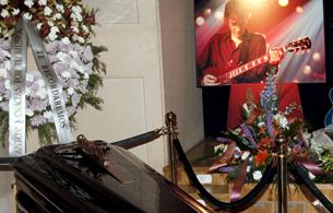 Músicos y fans despiden a Antonio Vega entre guitarras
