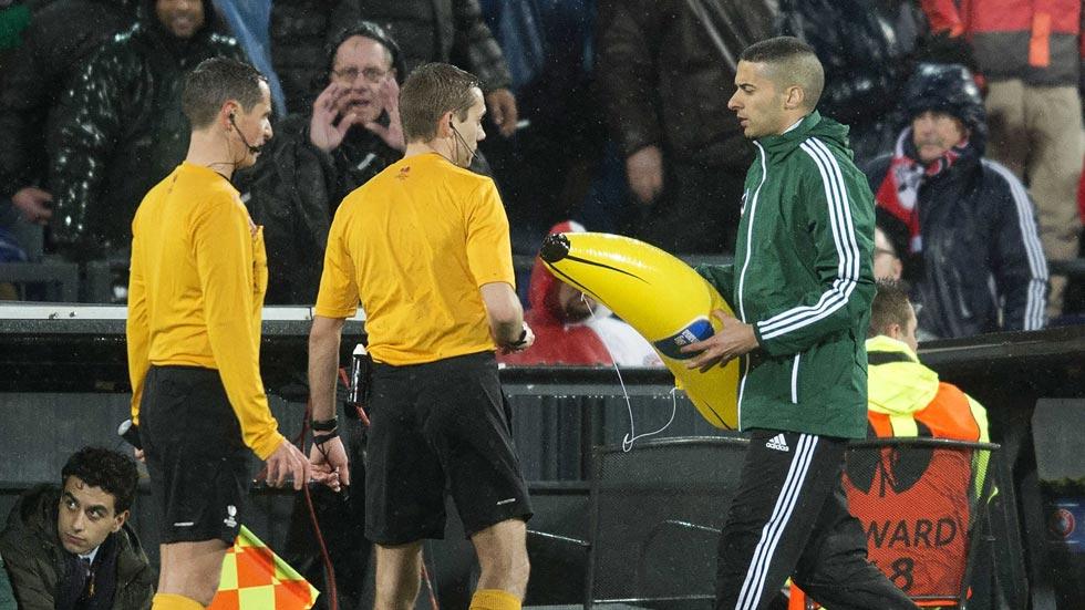 La afición del Feyenoord y su gesto racista contra Gervinho