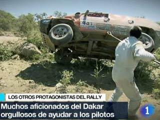 Los aficionados ayudan en el Dakar
