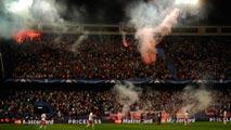 Ir al VideoAficionados del Benfica lanzan bengalas en el Calderón