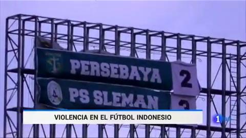Ir al VideoLos aficionados del Persebaya indonesio queman su estadio tras la tercera derrota consecutiva