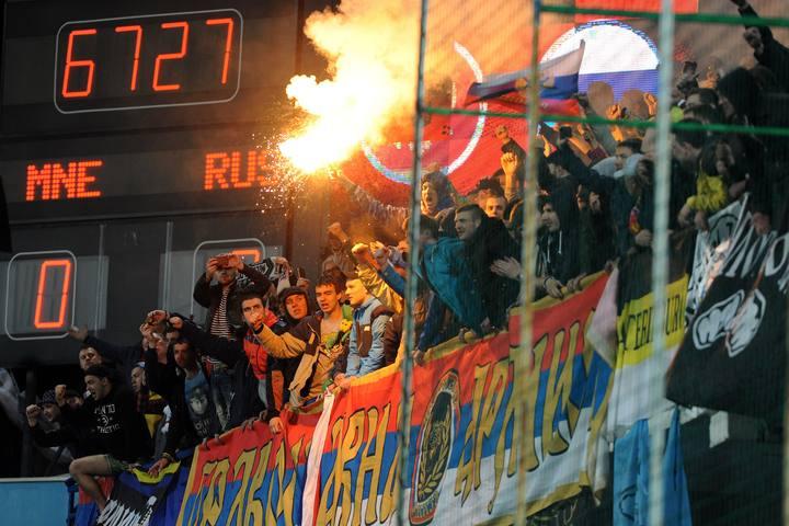 Aficionados rusos, con bengalas en el pasado Montenegro-Rusia
