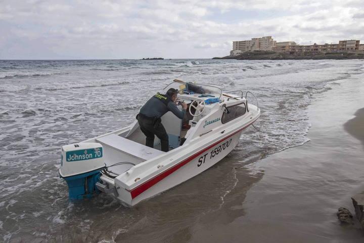 Un agente de la Guardia Civil fotografía el interior de la embarcación en la que once inmigrantes, seis de ellos menores de edad, han llegado a una playa de La Manga