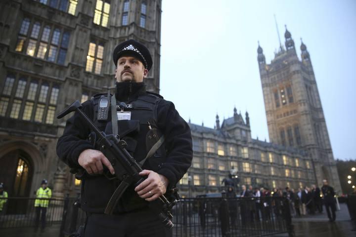 Un agente de Policía armado hace guardia frente a la sede del Parlamento británico.
