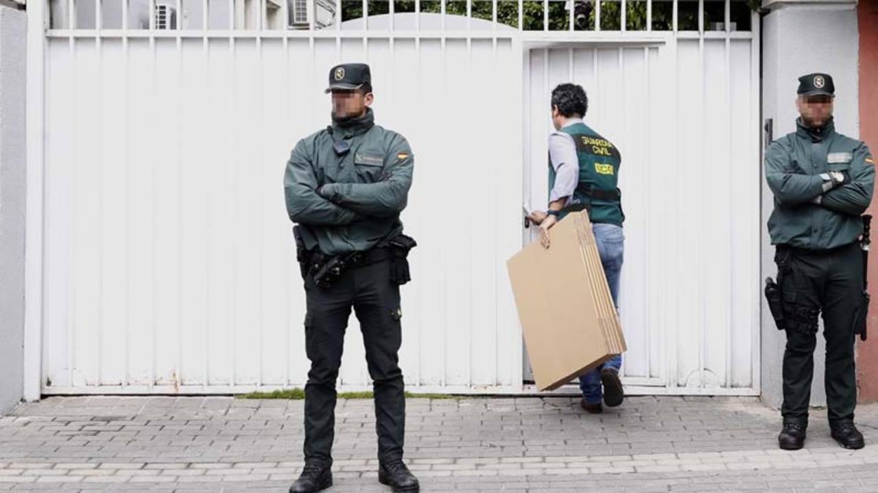 Agentes de la Guardia Civil, durante el registro del domicilio familiar del expresidente de Banesto Mario Conde