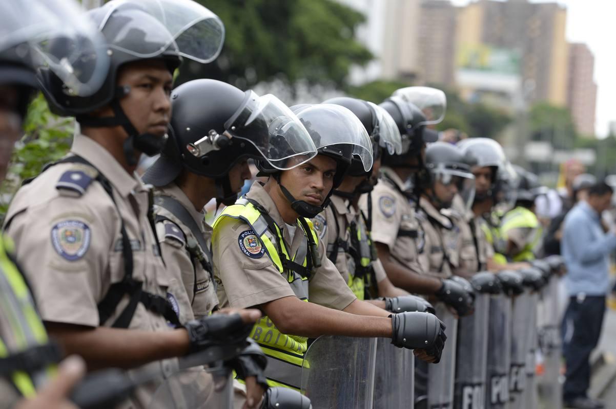 Agentes de la policía antidisturbios desplegados en Caracas antes de la marcha opositora