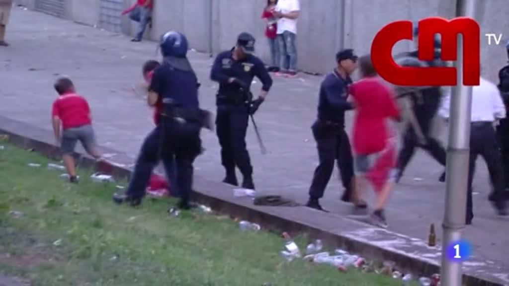 Ir al VideoUna agresión de la policía a un padre delante de su hijo conmociona a Portugal