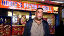 Ir al VideoAgresión racista contra un repartidor de pizzas paquistaní por unos adolescentes en Reino Unido