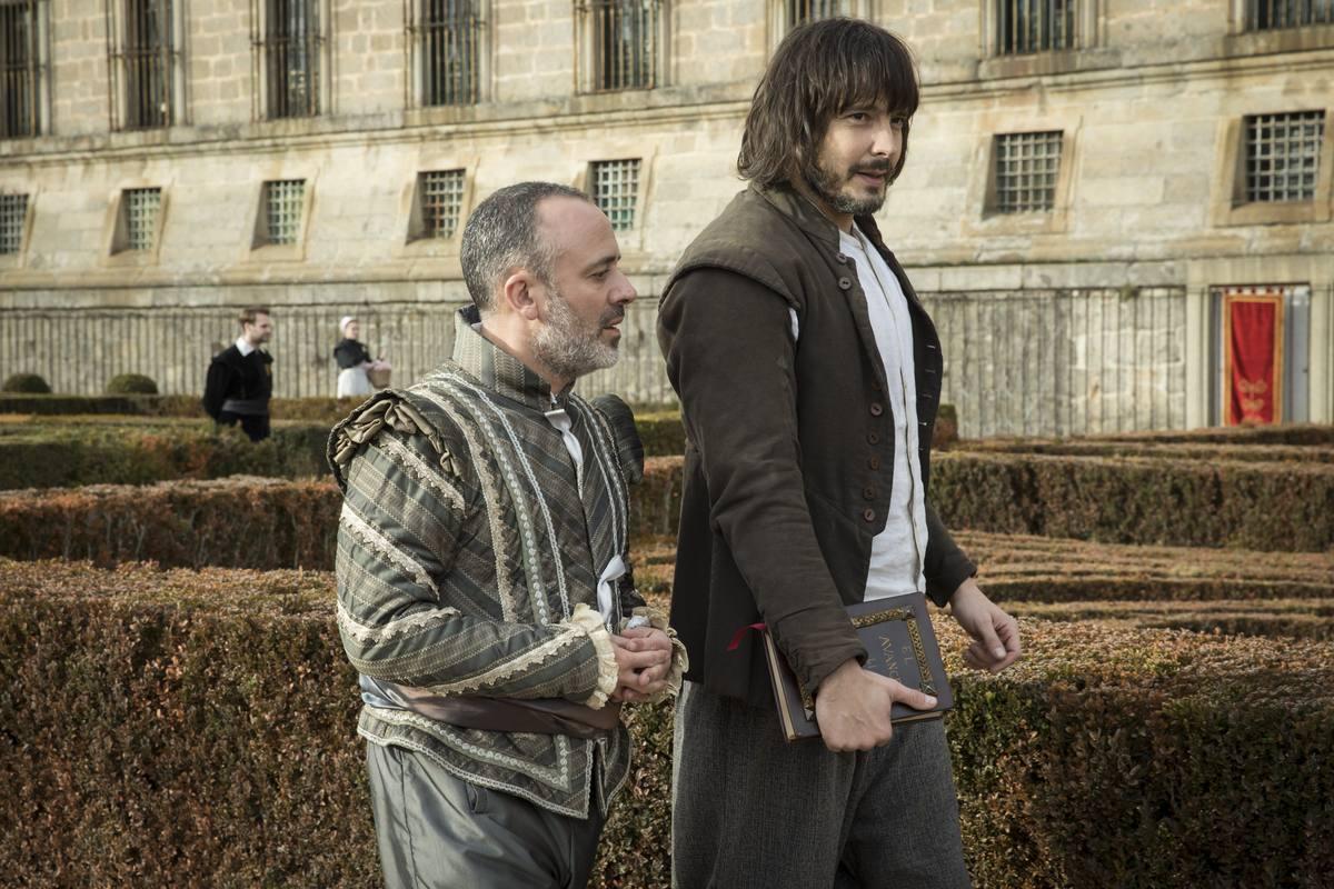Águila Roja - Gonzalo y Sátur pasean por los jardines del palacio