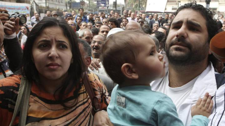 Alaa Abdelfatah se dirige con su mujer y su hijo a la oficina del fiscal general en El Cairo el pasado marzo.