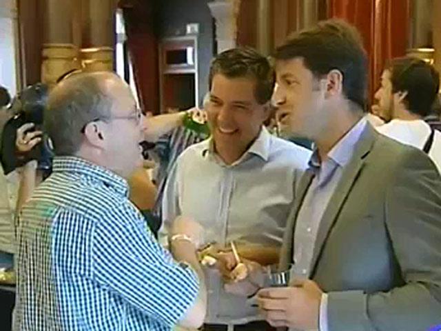 El alcalde de Bildu y concejales del PP charlan y brindan por las fiestas de San Sebastián