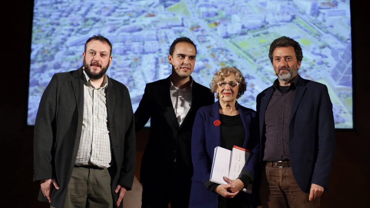 La alcaldesa de Madrid, Manuela Carmena, junto a los concejales del Ayuntamiento de Madrid, Mauricio Valiente, Guillermo Zapata y José Manuel Calvo, durante la presentación del proyecto Madrid Puerta Norte