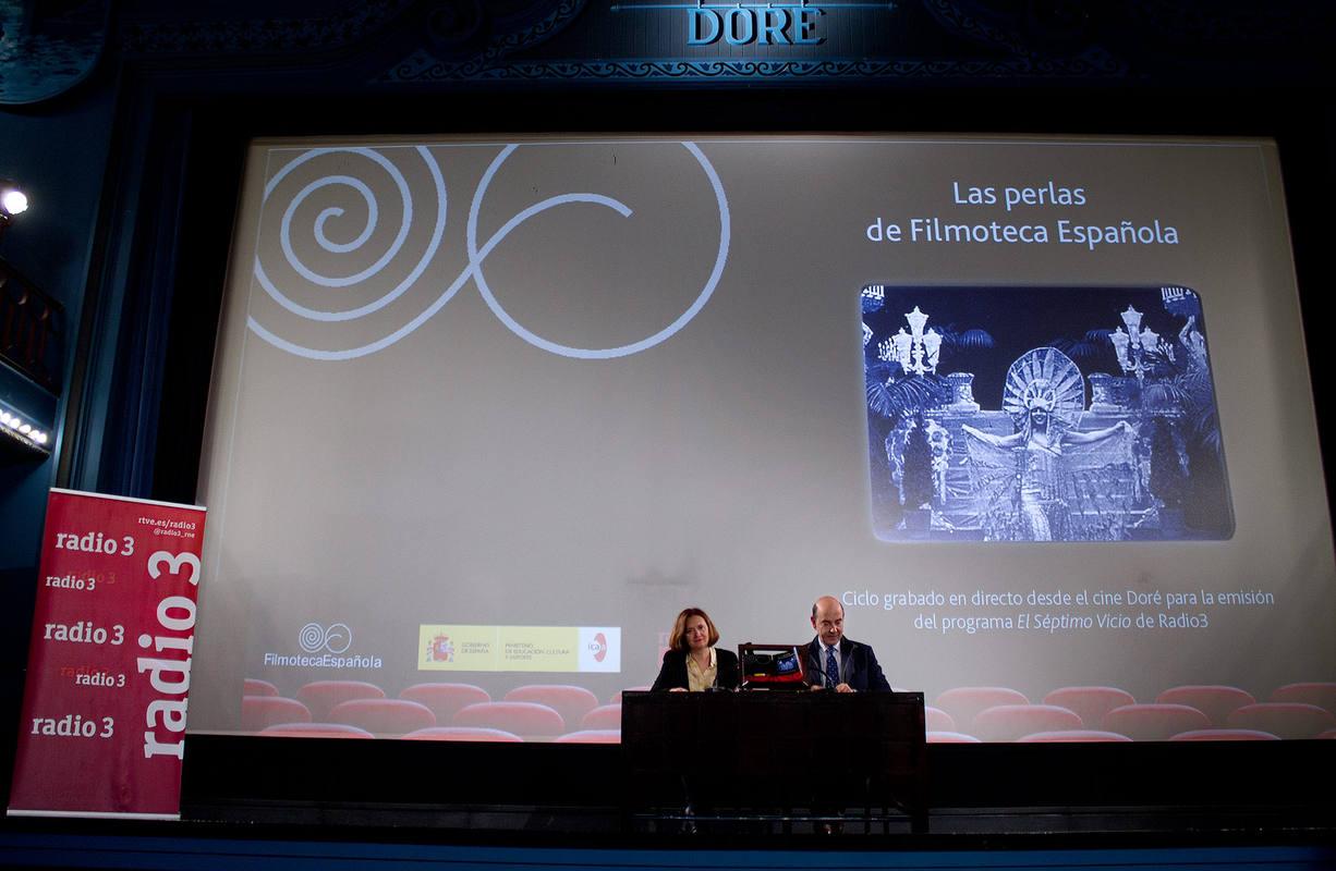 Alfonso Nasarre, director de RNE y Lorenza González, directora general del Instituto de la Cinematografía y de las Artes Audiovisuales (ICAA), en la firma del convenio
