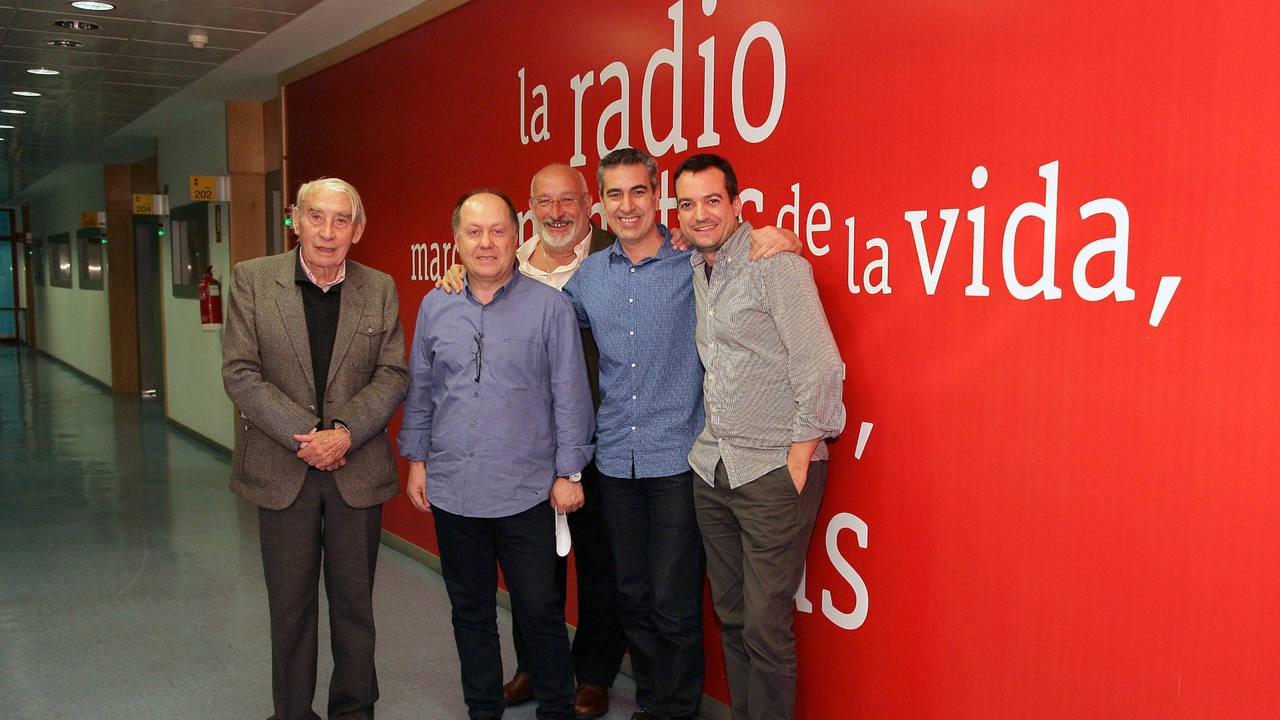 Alfredo Castellón, Javier Segade, Benigno Moreno, Arturo Martín y Daniel Galindo, en los estudios de Rne