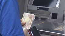 Ir al VideoAlgunas entidades bancarias cobrarán comisiones por retirar dinero en los cajeros a los no clientes