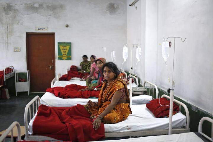 Algunas de las mujeres que se sometieron a la esterilización, ingresadas en un hospital de Bilaspur, en India