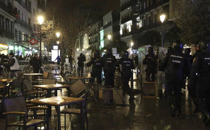 Alrededor de 200 personas de grupos radicales han destrozado mobiliario urbano en los alrededores de la calle Montera, en el centro de Madrid.