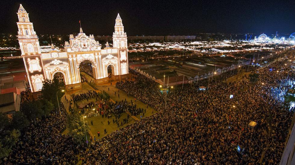 El 'alumbrao' da inicio a la Feria de Abril en Sevilla