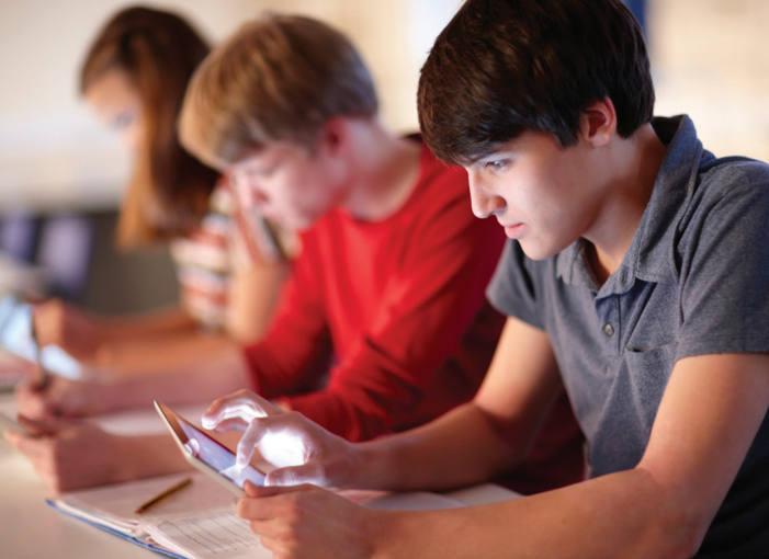 Alumnos con tabletas en clase.