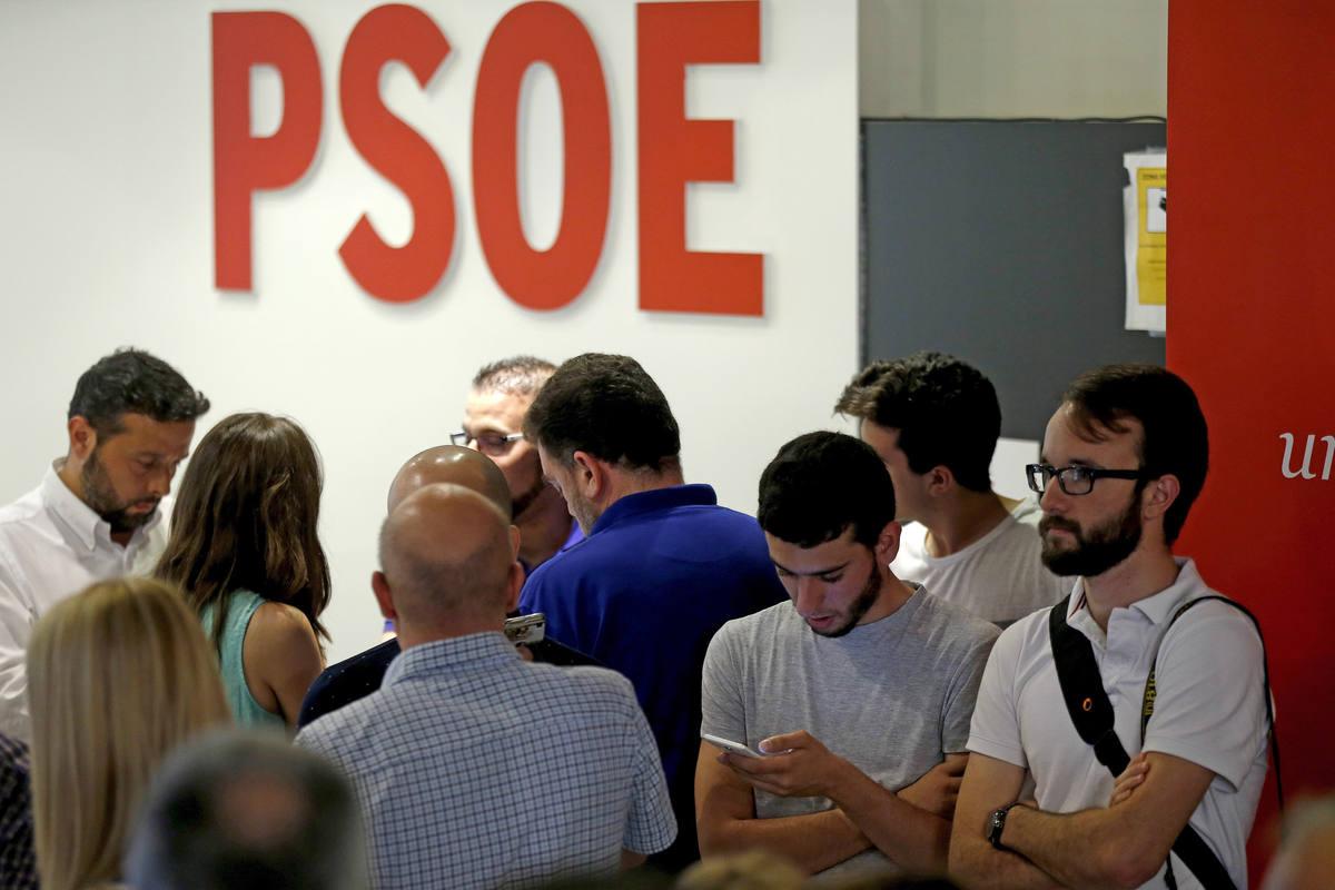 Ambiente en la sede del PSOE, en la madrileña calle de Ferraz, tras el cierre de los colegios electorales en esta jornada de elecciones generales.