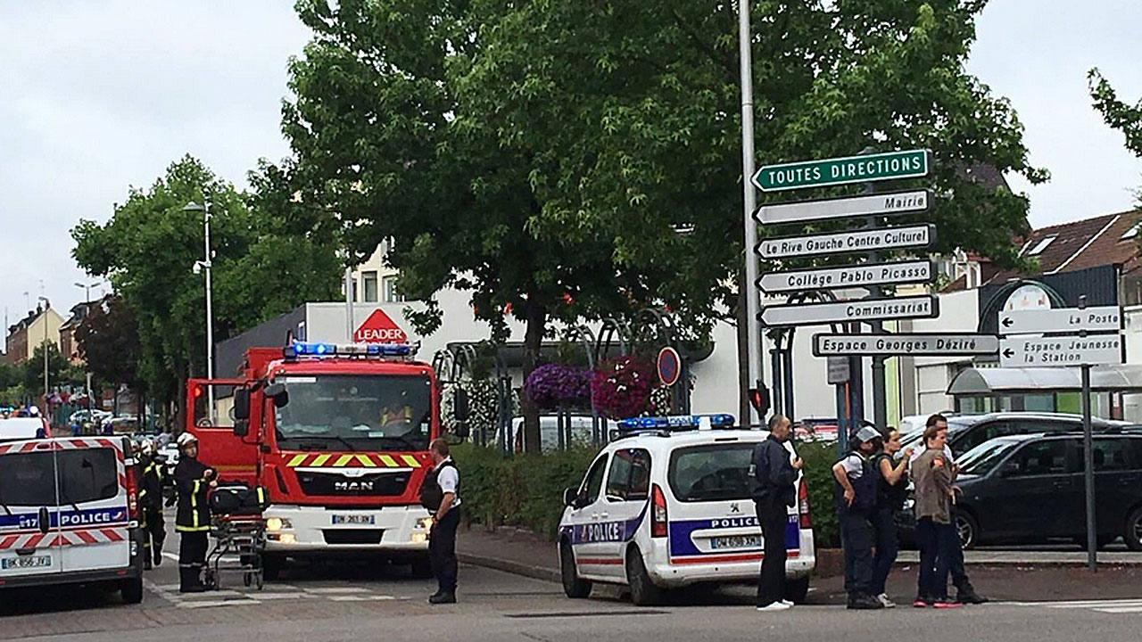 Dos terroristas del Estado Islámico degüellan a un cura en una iglesia de Normandía antes de ser abatidos