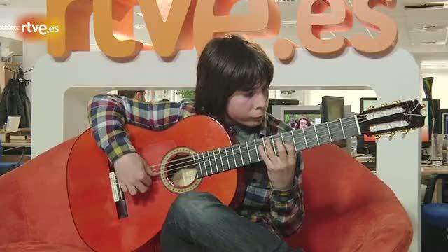 Amós Lora, guitarrista de solo 12 años, toca 'Bahía de las Negras'